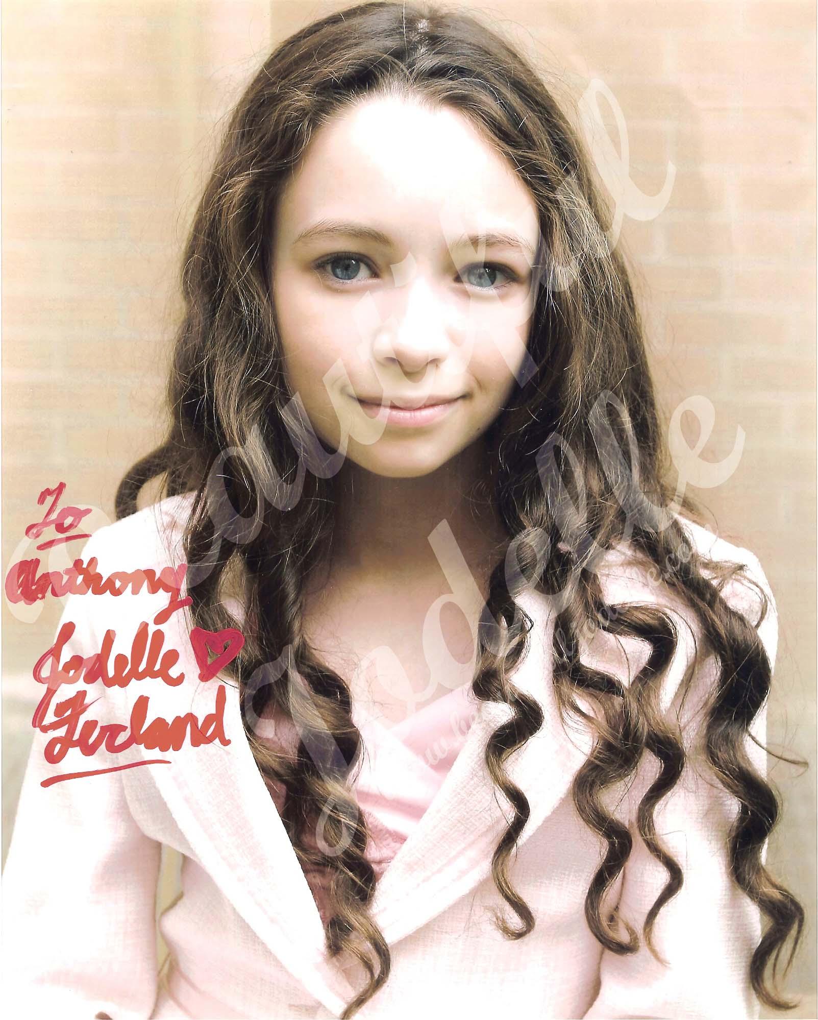 Jodelle Ferland autograph